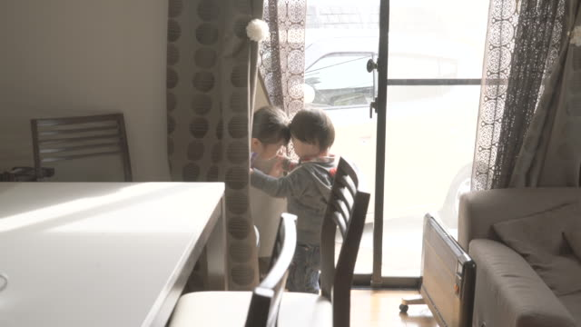 sister and brother playing in the room - solo giapponesi video stock e b–roll