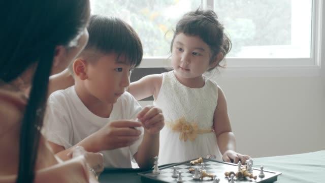 弟を打つ姉妹 - 対立点の映像素材/bロール