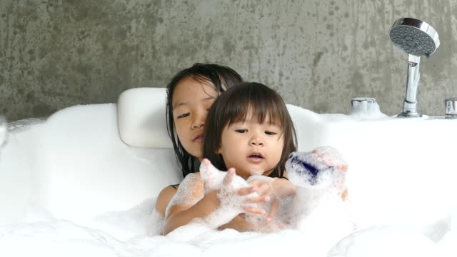 彼女の妹の姉妹の世話シャワー ジャグジーで togethertogether - ジャクジー点の映像素材/bロール