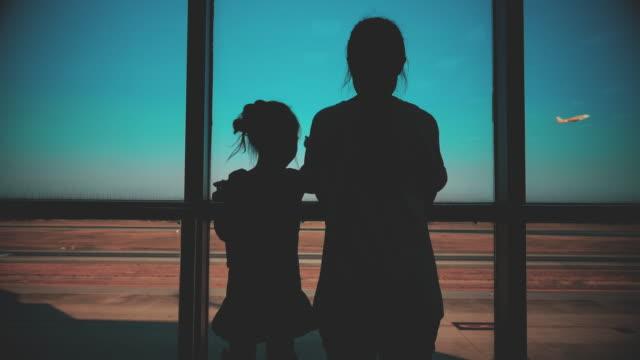 2 schwestern warten auf eine abenteuerreise - passagier stock-videos und b-roll-filmmaterial
