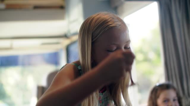 vídeos y material grabado en eventos de stock de cu sisters eating breakfast together - cereal de desayuno