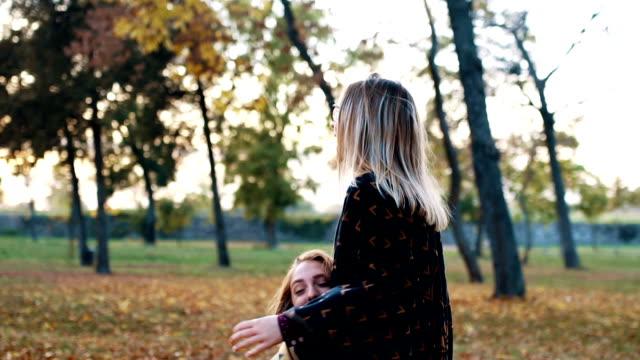 Schwestern Herbst genießen