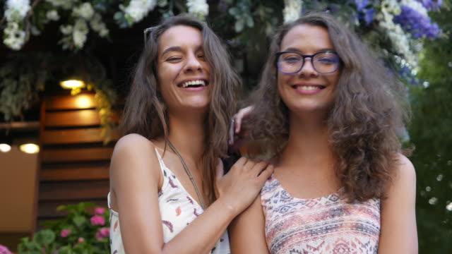 schwestern, blick in die kamera - teenager alter stock-videos und b-roll-filmmaterial