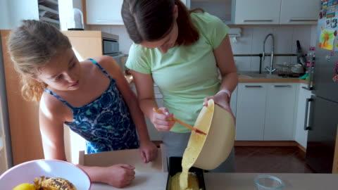 systrar gör bananbröd i köket - baka bildbanksvideor och videomaterial från bakom kulisserna