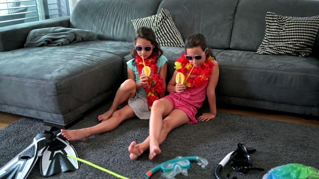 vídeos y material grabado en eventos de stock de hermanas fingiendo estar de vacaciones - familia con dos hijos