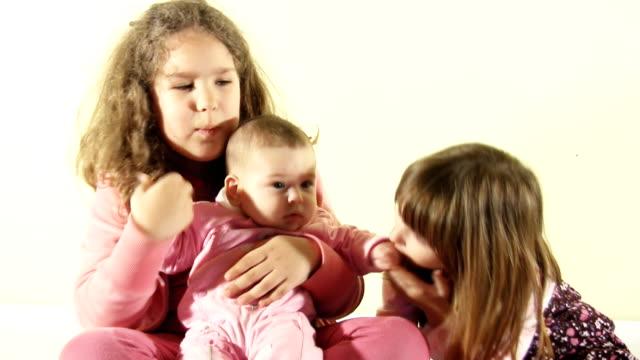 sisters (hd - familie mit drei kindern stock-videos und b-roll-filmmaterial