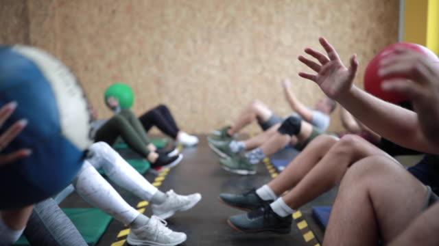 vidéos et rushes de sit ups avec passant médecine-ball - entraînement croisé