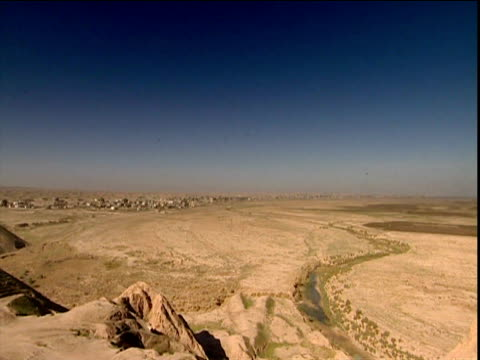 site of ancient city of assur on riverbank of river tigris iraq - irak stock-videos und b-roll-filmmaterial
