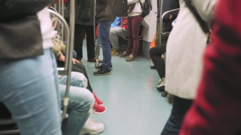 地下鉄に乗って立っている人 - 内部点の映像素材/bロール