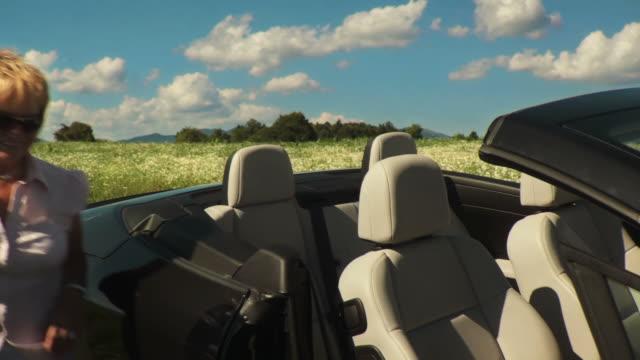 HD: Sitzt In einem Cabrio