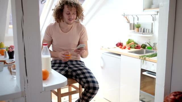vidéos et rushes de assis dans la cuisine - produit de restauration rapide