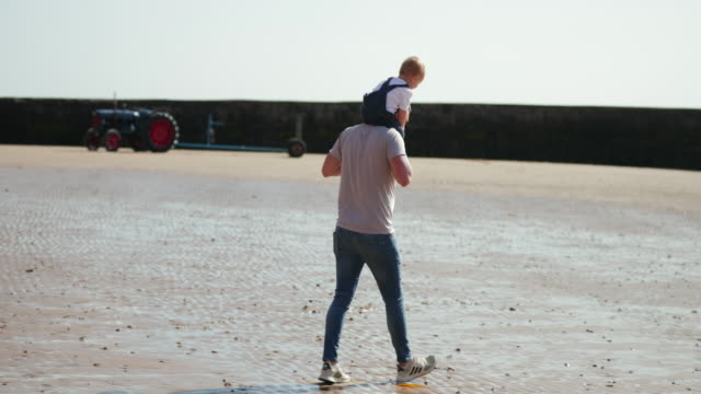 sitting on daddy's shoulders - carrying on shoulders stock videos & royalty-free footage
