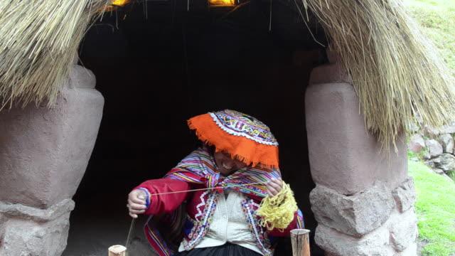 MS Sitting women spinning yarn / Sacred Valley, Peru