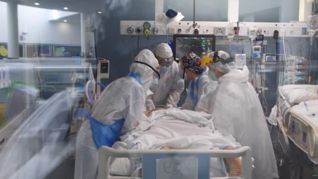 vídeos y material grabado en eventos de stock de sive care unit at hospital del mar on april 15, 2020 in barcelona, spain. more than 75% of the hospital's capacity is devoted to covid-19 patients... - unidad de vigilancia intensiva
