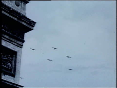 six airplanes fly through the air near the arc de triomphe postwwii / paris france - formationsfliegen stock-videos und b-roll-filmmaterial
