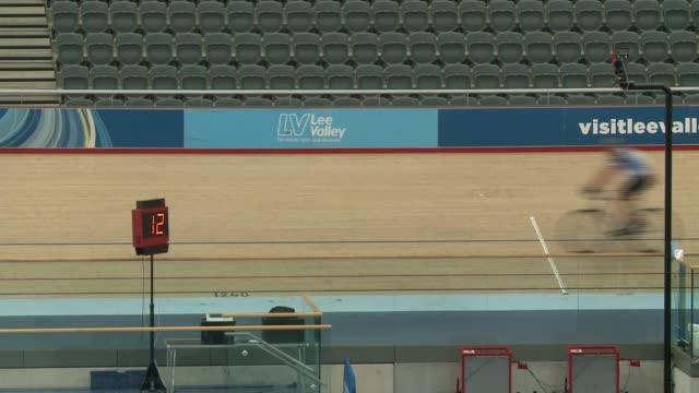 vidéos et rushes de preview england london lee valley velopark int gv interior of veledrome pan/ close shot of sign in stands '6 six day london'/ gvs velodrome interior... - piste de compétition
