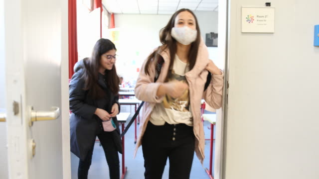 six graders wear protective face masks and leave the class room sociallydistanced after attending class for the second time since march at an... - schulgebäude stock-videos und b-roll-filmmaterial