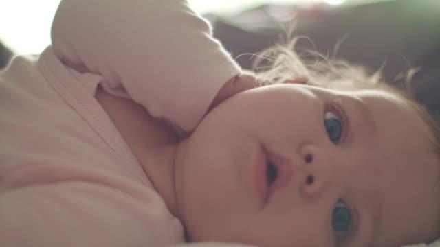 vídeos de stock e filmes b-roll de six months old baby girl looking around - 6 11 meses