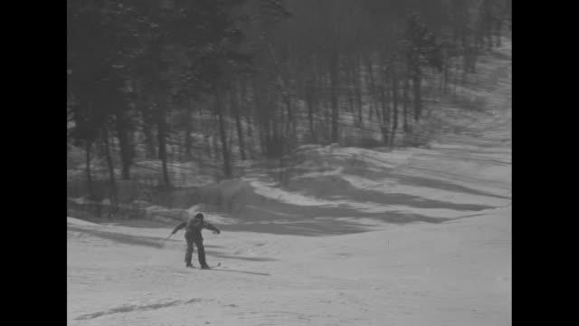 "vidéos et rushes de six shots of skiers speeding downhill on the taschereau trail in quebec / group of spectators / participants pass under banner ""m t"" / person with... - province du québec"