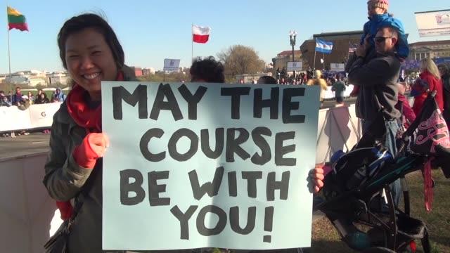 vidéos et rushes de six signs held by spectators at a running race. - salmini