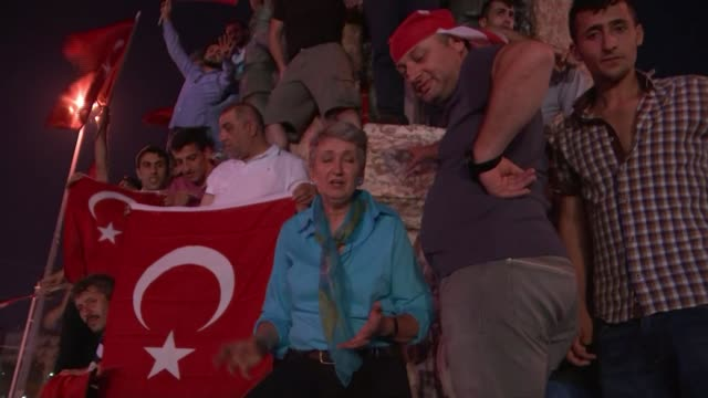 six thousand people under arrest as erdogan regains control taksim square various shots protesters waving turkish flags reporter to camera various... - festnahme stock-videos und b-roll-filmmaterial