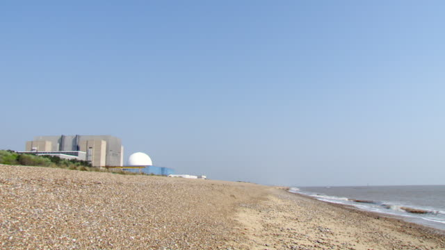 ws pan sizewell nuclear power station onto beach and sea / sizewell, suffolk, united kingdom   - nuclear energy点の映像素材/bロール