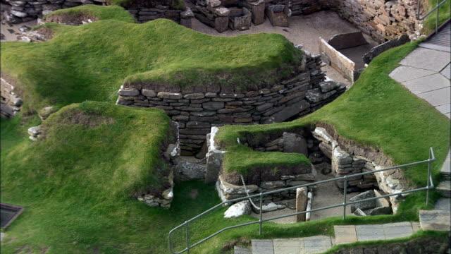 vídeos y material grabado en eventos de stock de skara brae historial de piedra village-vista aérea-escocia, de las islas orkney o similares, reino unido - vivienda en roca