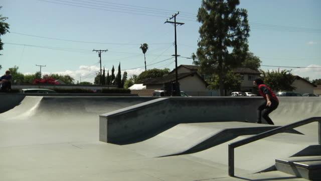 vídeos de stock, filmes e b-roll de skate dividida grind - inclinação
