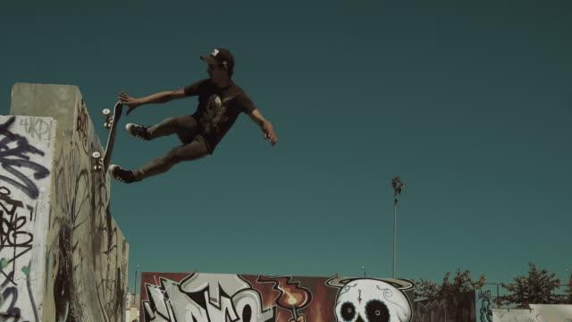 skateboard fall - hinunter bewegen stock-videos und b-roll-filmmaterial