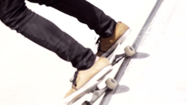 vídeos de stock, filmes e b-roll de skate grind & ar frontal - meninos adolescentes