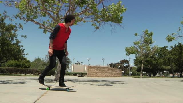 vídeos de stock, filmes e b-roll de skate kickflip - proeza acrobática
