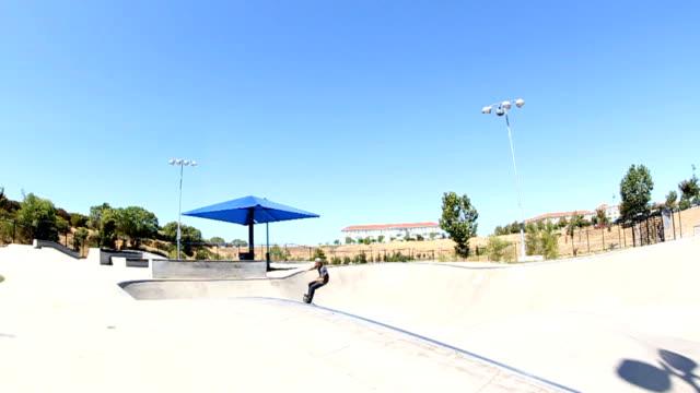 vídeos de stock, filmes e b-roll de truque de skate em câmera lenta - inclinação