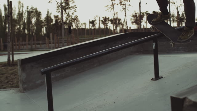 skateboard trick-BackSide boardslide