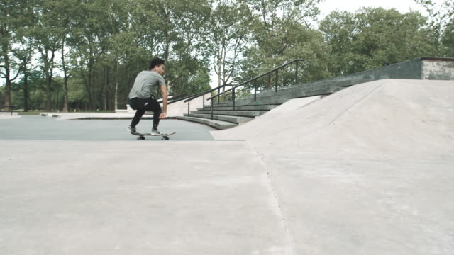 vídeos de stock, filmes e b-roll de a skateboarder catches air at a queens, nyc skatepark in slow motion - 4k - flushing meadows corona park