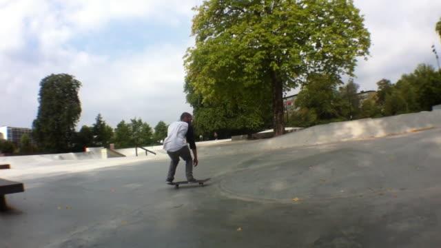 a skateboarder doing a trick. - misfortune点の映像素材/bロール