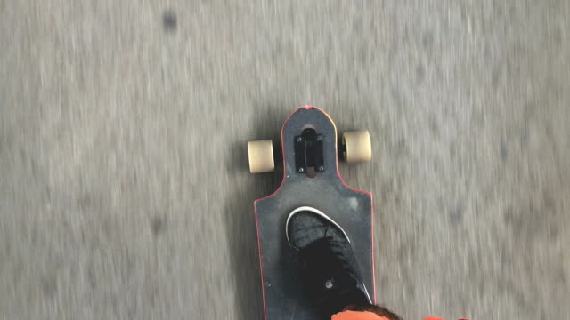 Skateboarder fahren auf der Straße