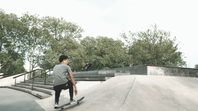 vídeos de stock, filmes e b-roll de a skateboarder falls at a skatepark in queens - nyc - 4k - slow motion - estilo de vida alternativo