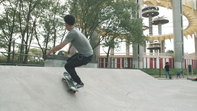 stockvideo's en b-roll-footage met a skateboarder falls at a skatepark in queens - nyc - 4k - slow motion - mouw
