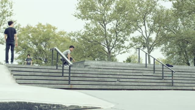 vídeos y material grabado en eventos de stock de a skateboarder falls trying to jump a set of stairs - 4k - slow motion - queens, nyc - manga corta