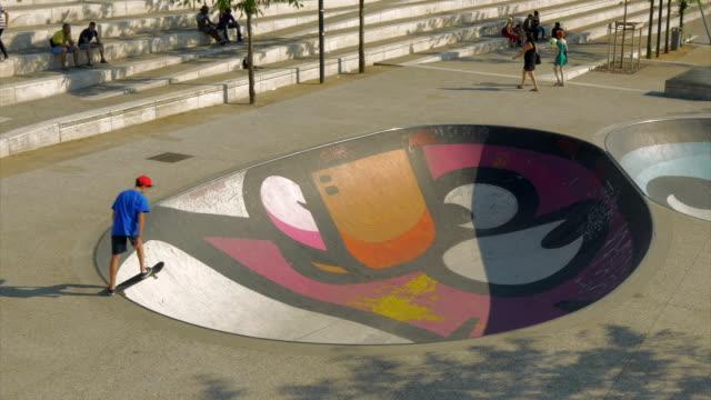 stockvideo's en b-roll-footage met skateboarder in colorful skatepark,lyons,ms - skateboardpark