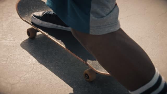 vídeos de stock, filmes e b-roll de skateboarder pushing off - só um menino adolescente