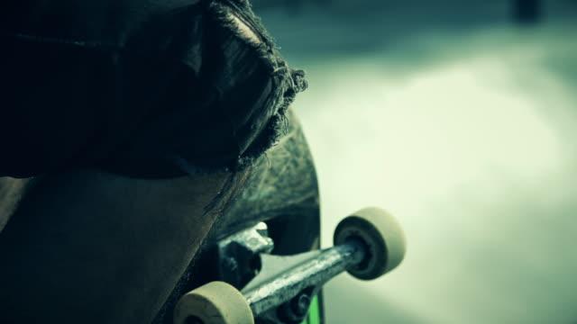 skateboarder resting - ausgefranst stock-videos und b-roll-filmmaterial
