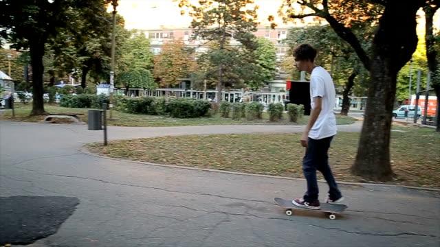 Skateboarder fahren Skateboard durch den öffentlichen park