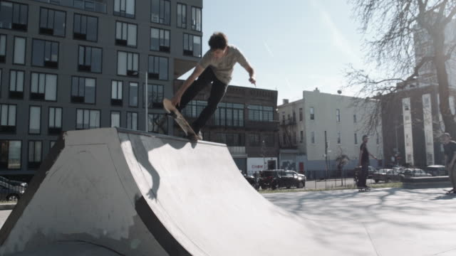 skateboarder shreds a ramp at a brooklyn skate park - caucasian - male - twenties - 4k - slow motion - fence点の映像素材/bロール