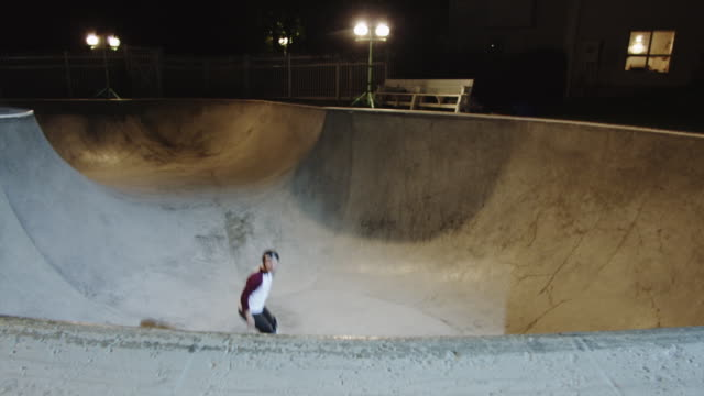 vídeos de stock e filmes b-roll de ws ha skateboarder sliding ramp in skatepark at night / orem, utah, usa - orem
