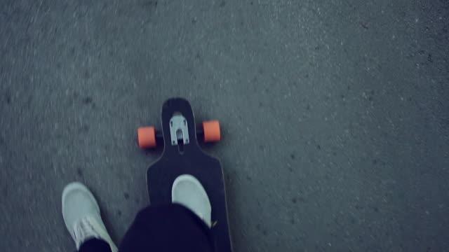 vidéos et rushes de le skate dans la ville - costume habillé
