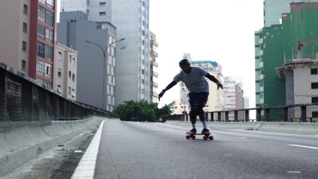 vídeos de stock, filmes e b-roll de skate lifestyle do homem no minhocao, são paulo, brasil - vida urbana