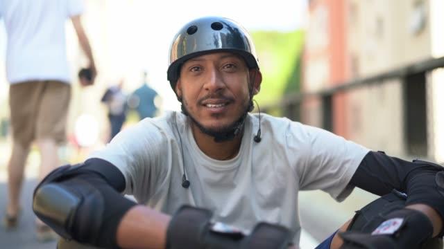 skateboard mann lifestyle portrait - 40 44 jahre stock-videos und b-roll-filmmaterial