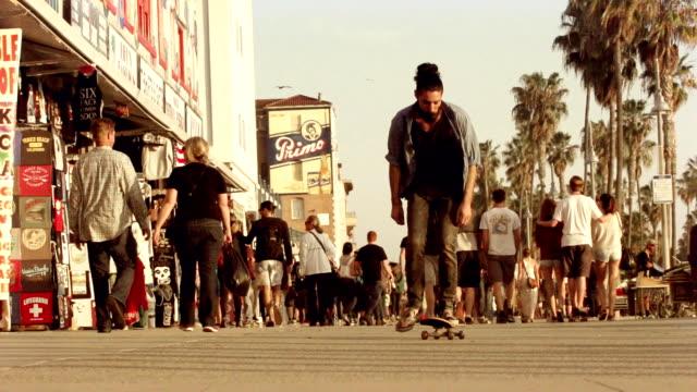 ベニスのビーチに乗る若い男性。 - カリフォルニア州 ベニス点の映像素材/bロール