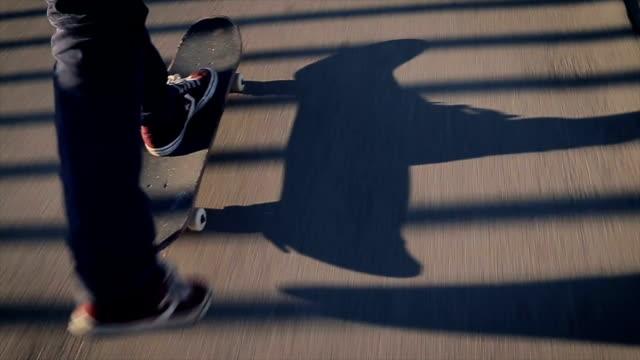 vídeos de stock, filmes e b-roll de skateboarding.close cima. - termo esportivo
